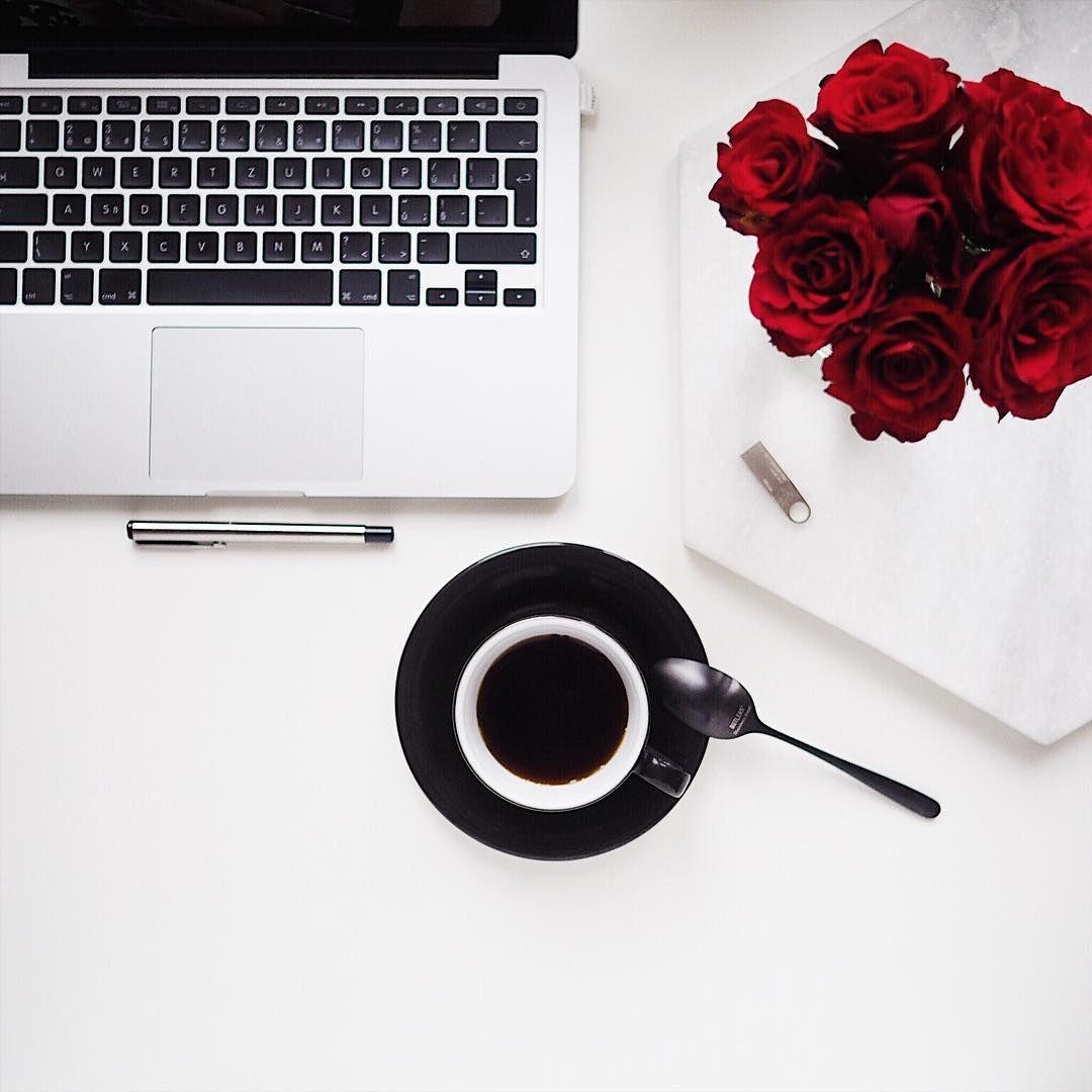 Flatlay srudými růžemi, kávou amacbookem