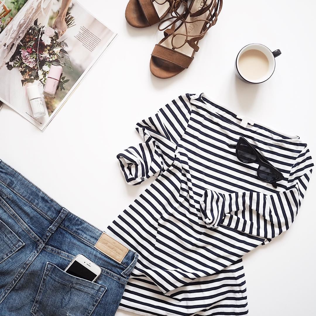 flatlay fotka s pruhovaným tričkme, hnědými sandály a džínovými shortkami