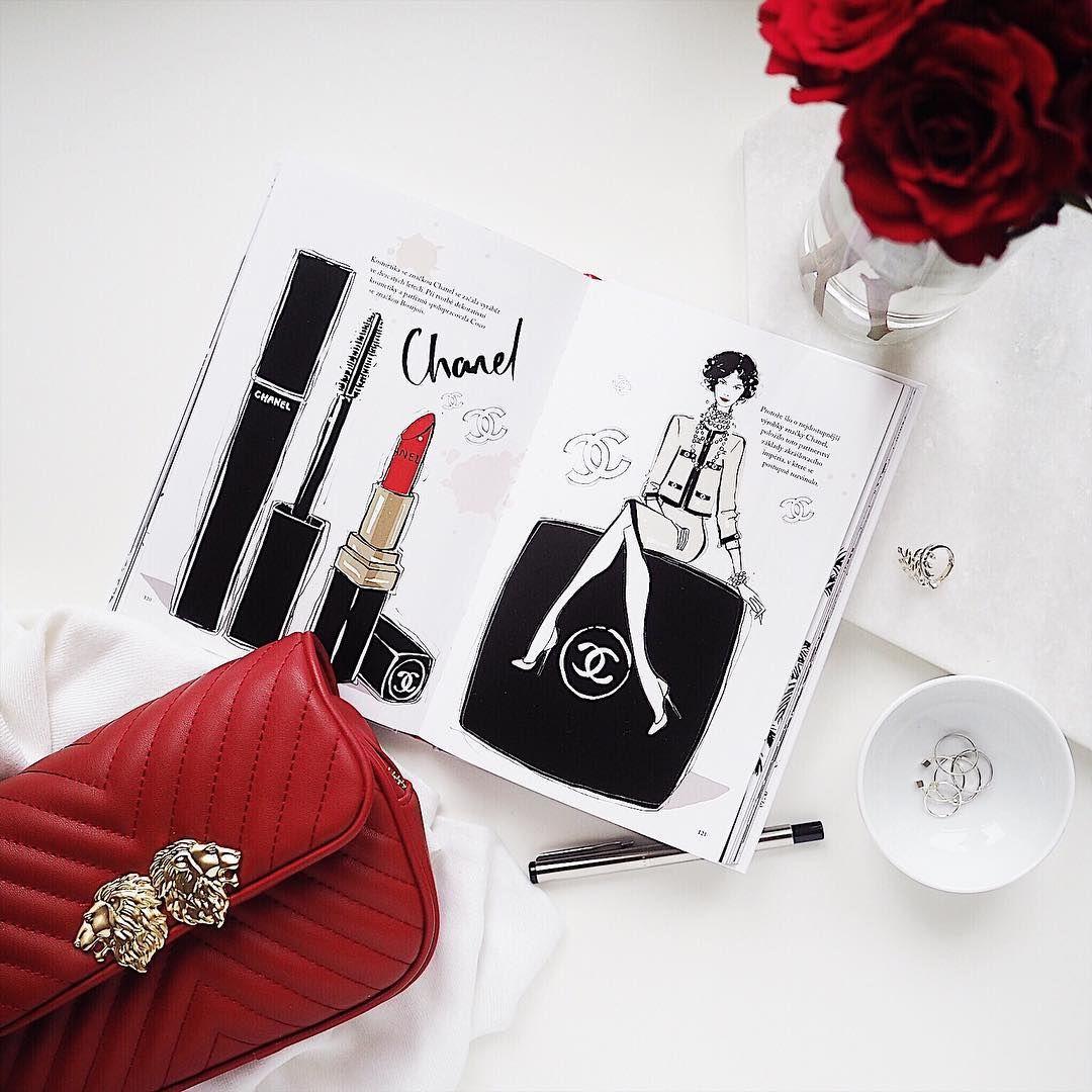 Flatlay sobrázkem zknížky oChanel, rudými růžemi ačervenou crossbody kabelkou