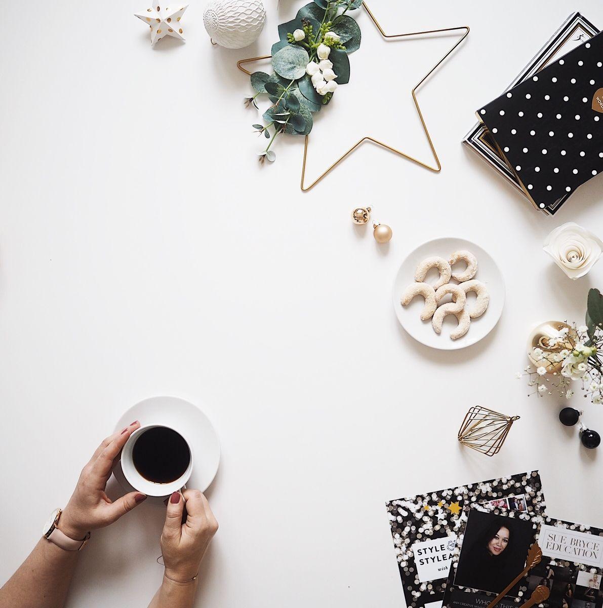 Flatlay s cukrovím a vánoční tématikou