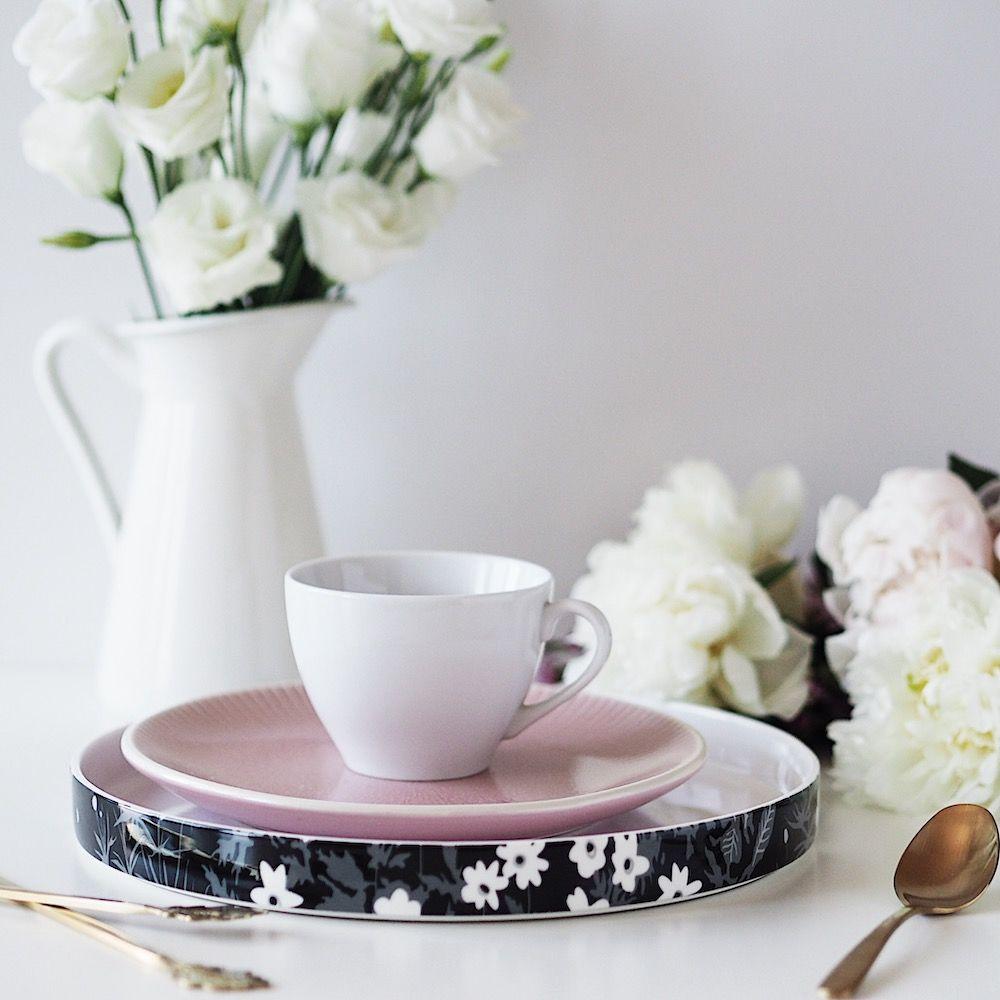Flatlay fotka focená zúhlu, stalířem skvětovaným okrajem, šálkem kávy adžbánkem skvětinami