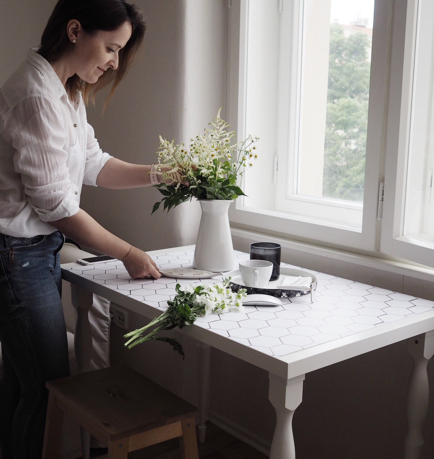 Květuše Vašířová připravuje flatlay fotku pro Instagram