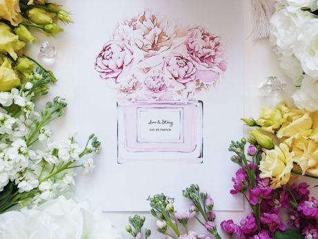 Flatlay fotka s kombinací živých a umělých květin