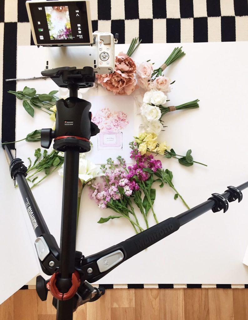 Flatlay fotka skombinací živých aumělích květin