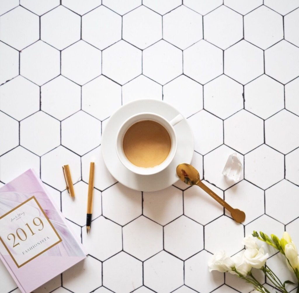Flatlay sdiářm, kávou akvětinou
