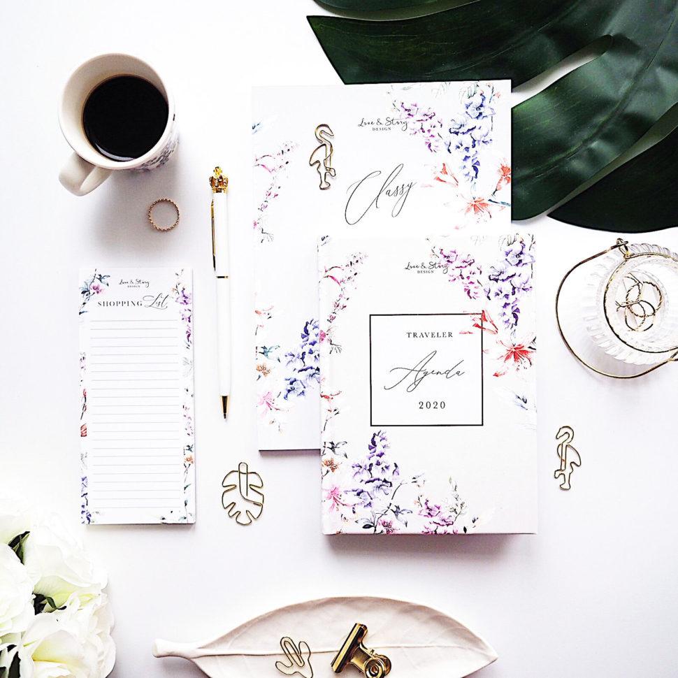 fotka focená shora, flatlay, se zápisníkem, diířem, shopping listem, černou kávou, zeleným monstera listem adoplňky