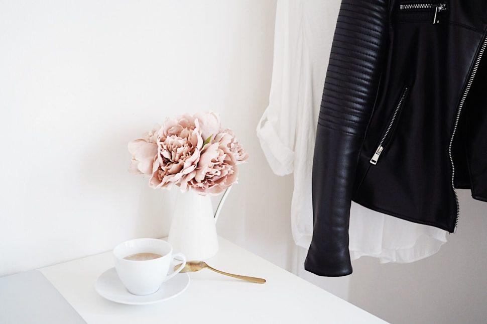Bílý pracovní stůl sšálkem kávy akyticí