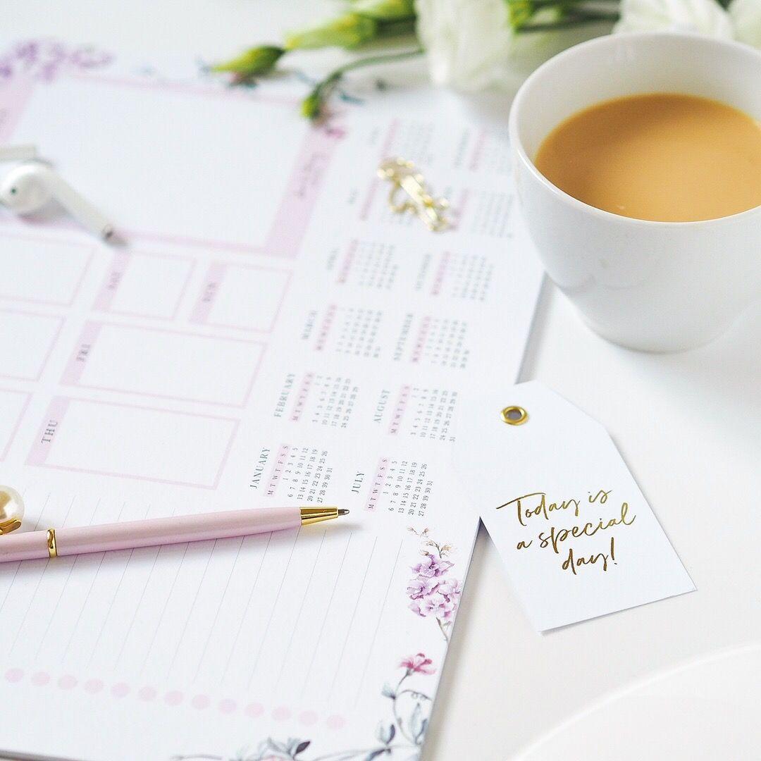 Flatlay fotka s plánovačem, růžovou propiskou, kávou a cedulkou Today is a special day
