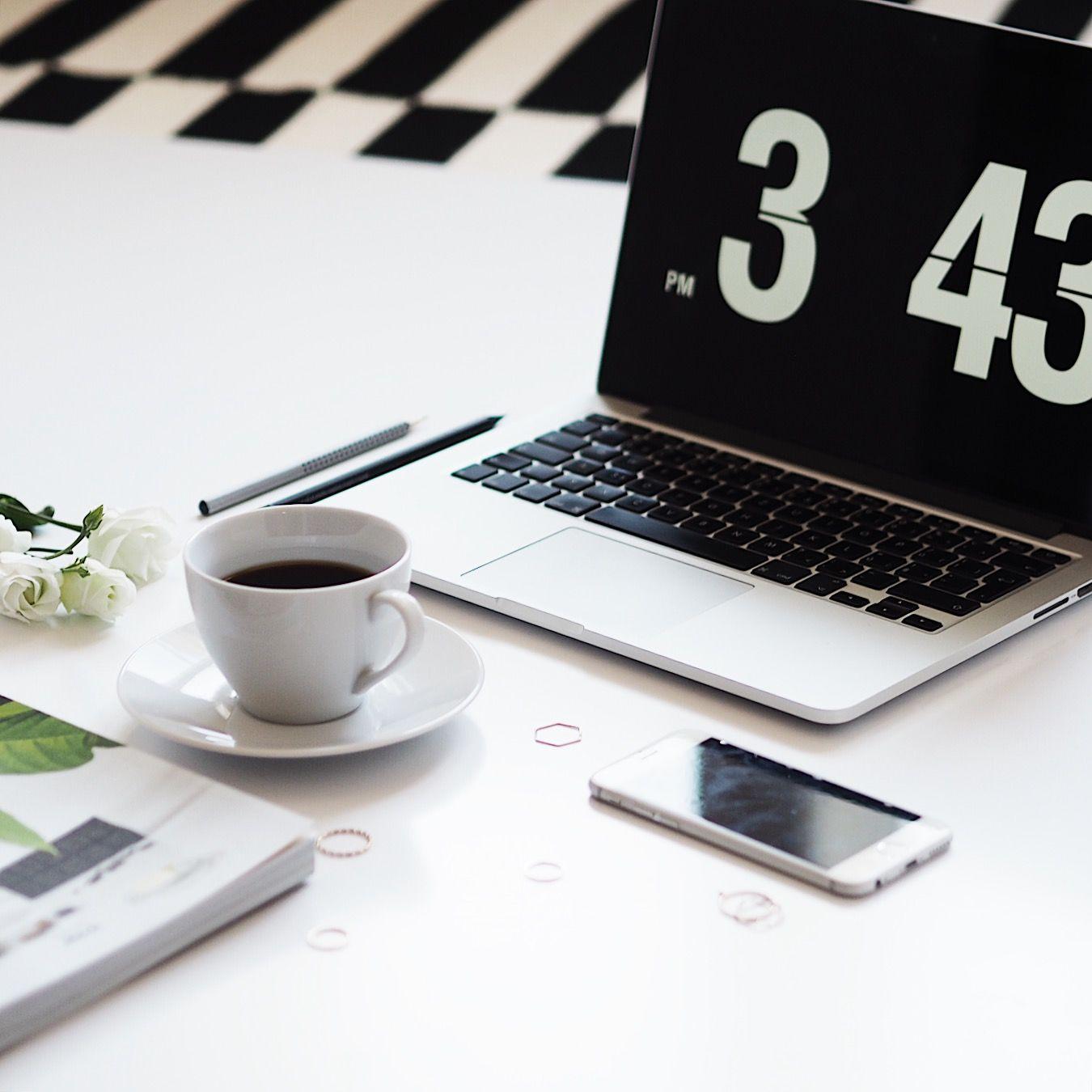 flatlay fotka z úhlu s otevřeným notebookem, šálkem kávy, mobilem a časopisem
