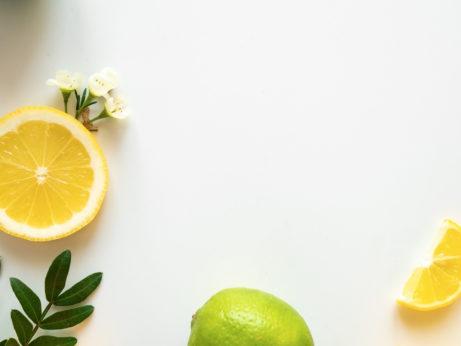 flatlay fotka s citrony a limetkou